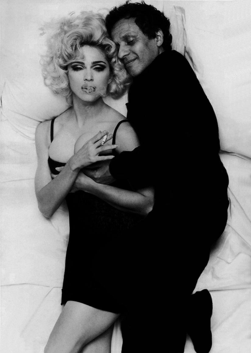 "Azzedine Alaïa og Madonna avbildet i biografien ""Alaïa""."