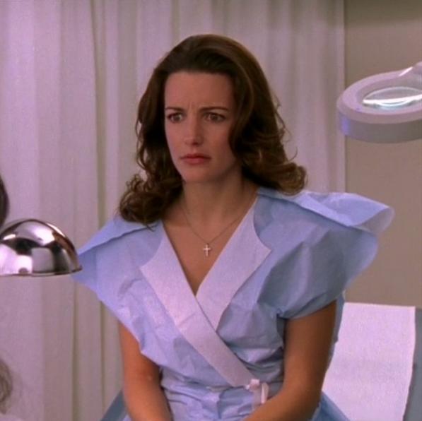 «Enten går Charlotte til verdens mest classy gynekolog, med papirkapper designet av Zac Posen eller så er denne looken et resultat av en bonus-utfordring hos Project Runway» (INSTAGRAM)