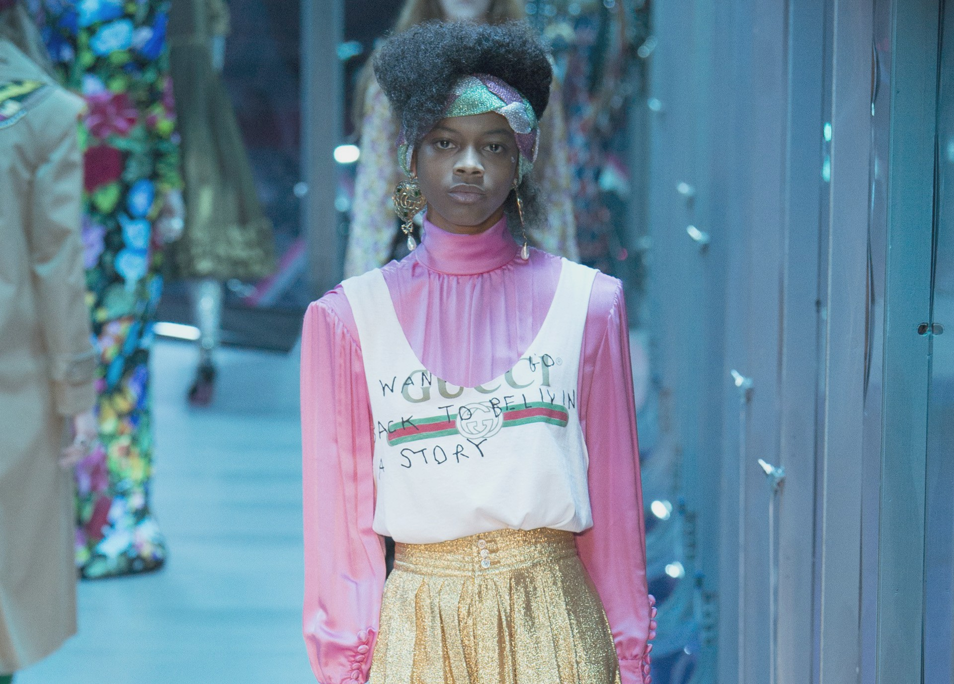 Antrekk fra catwalken til Gucci sin høstkolleksjon for 2017 - utvalgt som en av høydepunktene under MIlano Fashion Week - Motenyheter