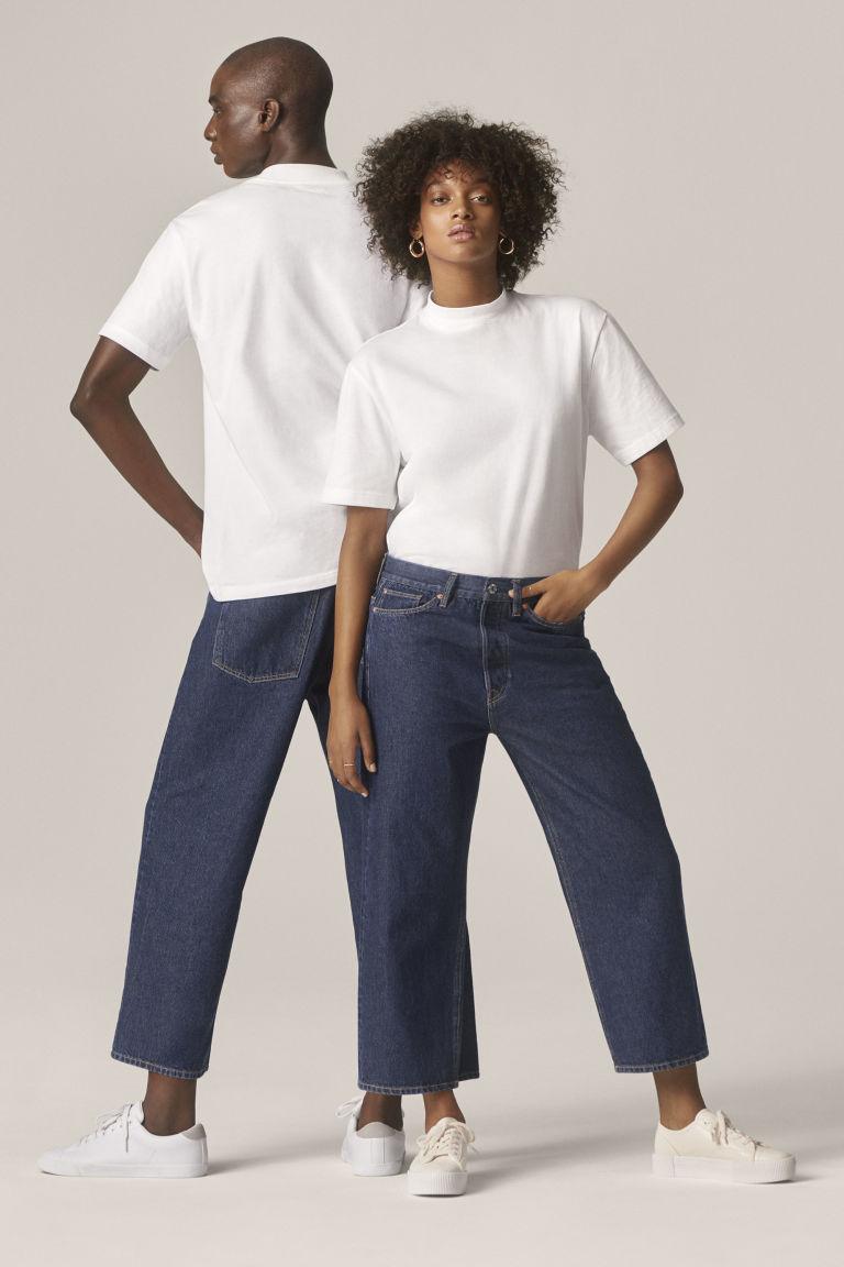 H&M unisex collection - en mann og en kvinne som bærer blå jeans og hvite t-skjorter