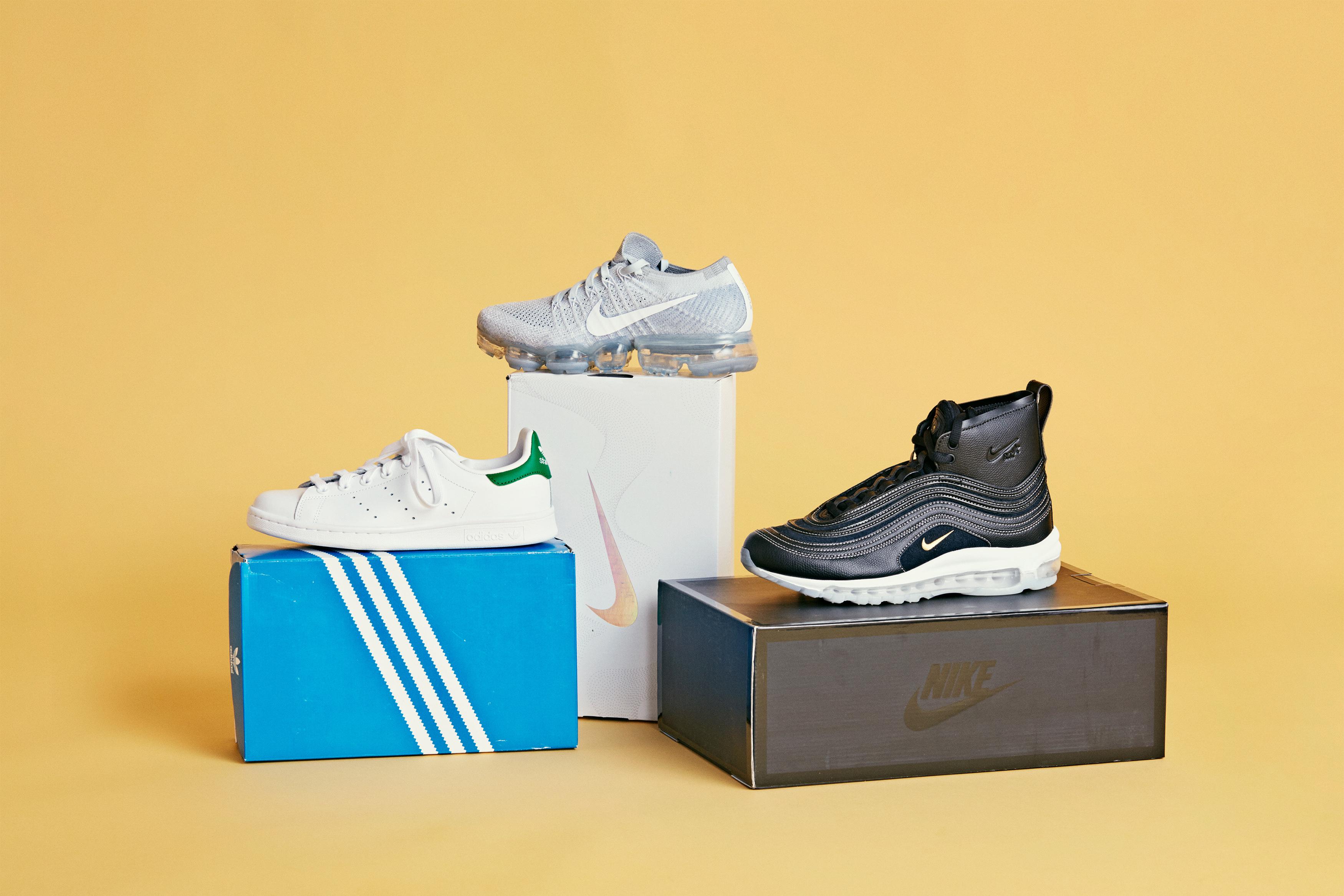 Tre par sneakers på hver sin skoboks