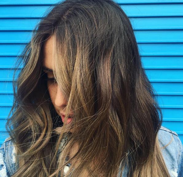 Jente med brunt og blondt stripete hår