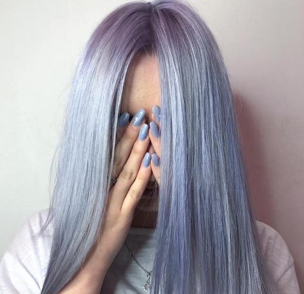 Jente med lilla/blått-hår