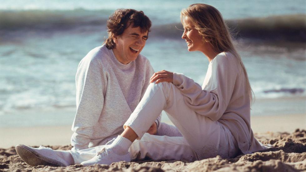 To personer på stranda i hvite klær