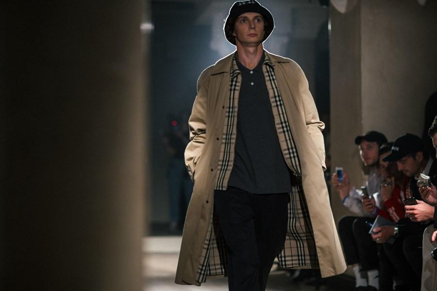 Modell på catwalken i Gosha Rubchinskiy x Burberry