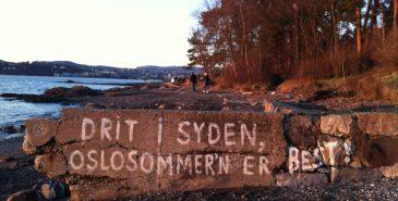 Drit i syden, Oslosommeren er best, står det tagget i en steinvegg på Huk.