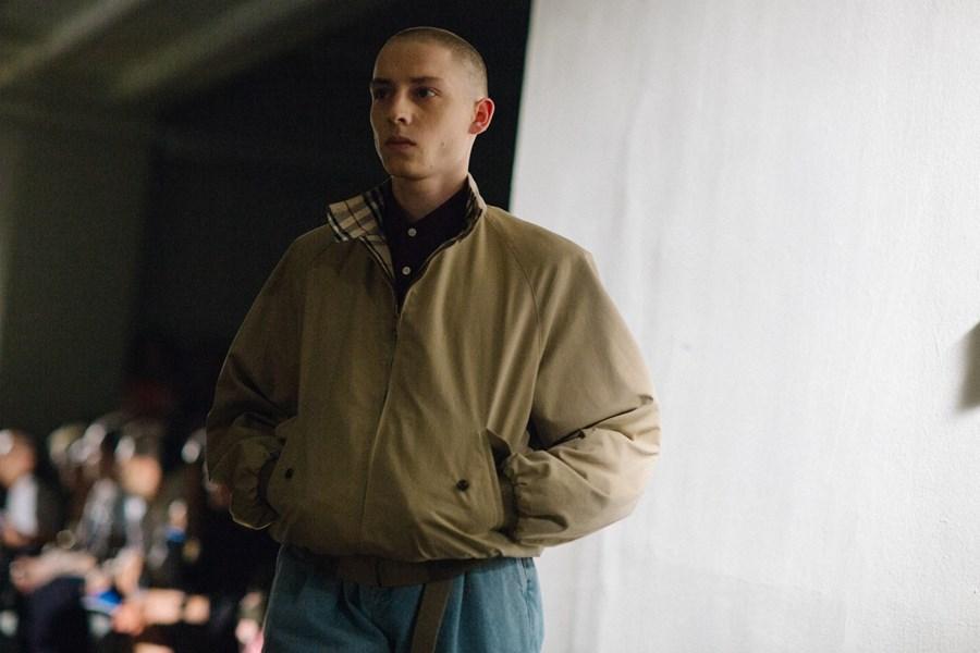 Modell på catwalken iført Gosha Rubchinskiy x Burberry