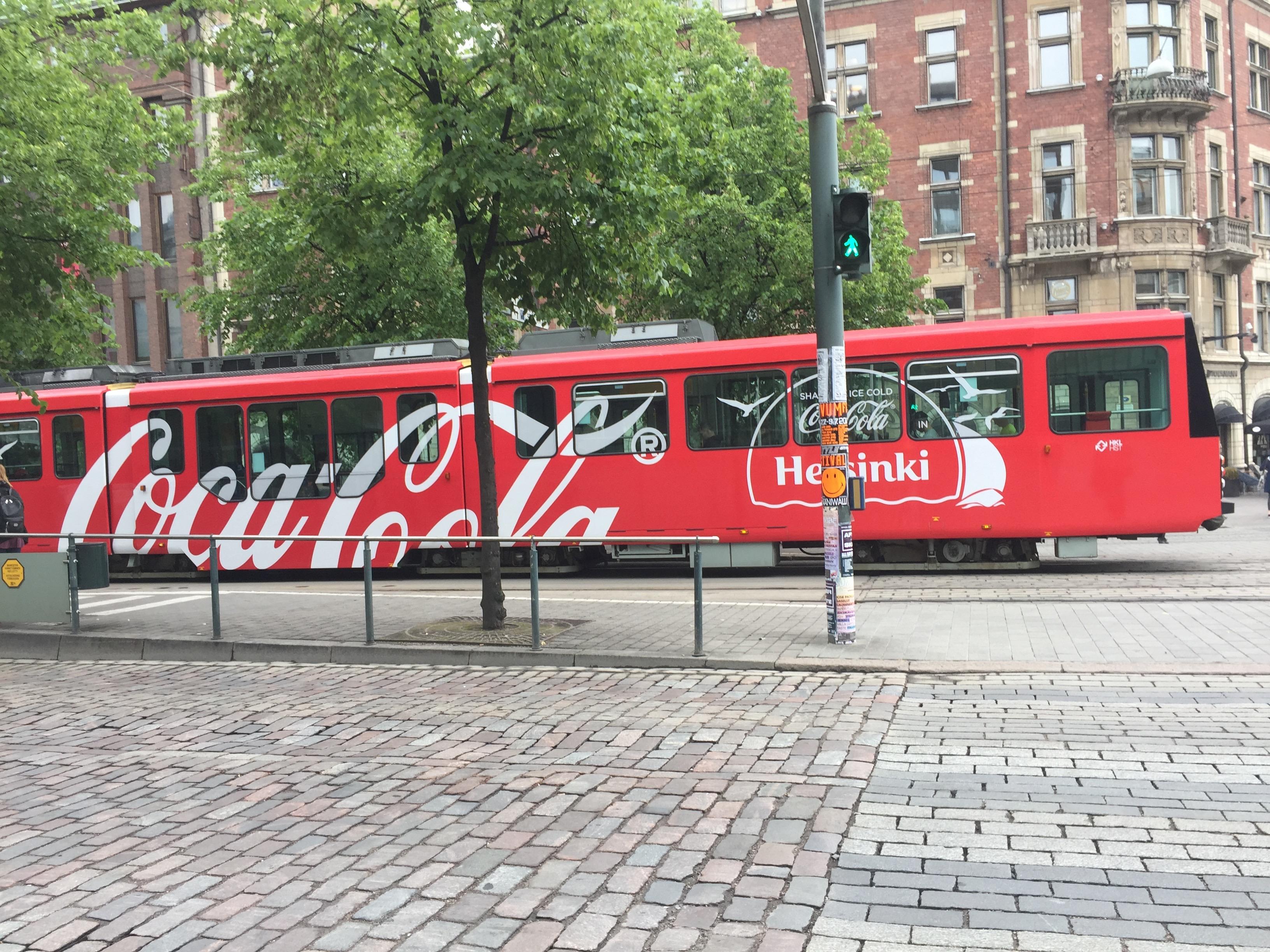 En rød Coca Cola-trikk i Helsinki.