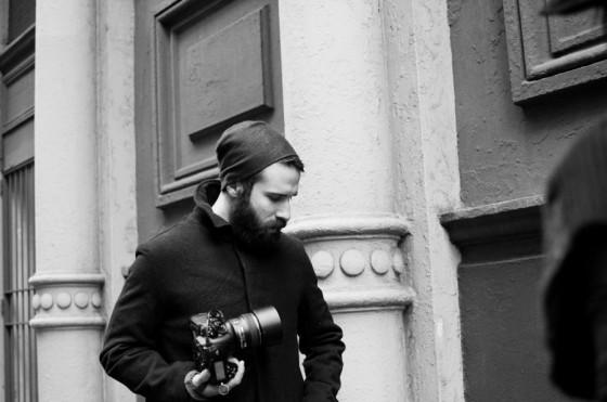 Adam Katz Sinding i svarthvitt.