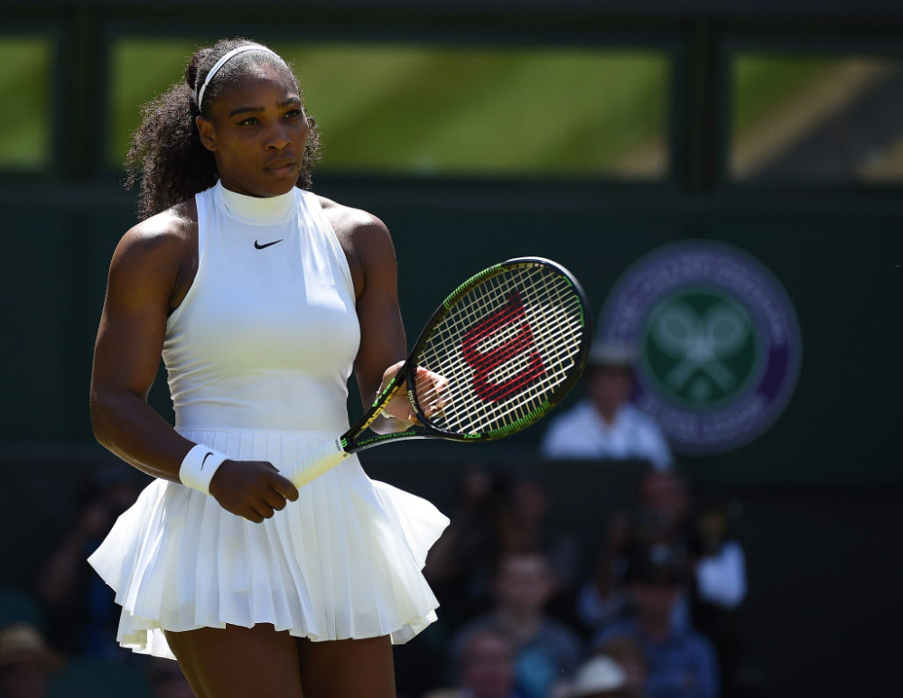 Serena Williams i helhvitt.