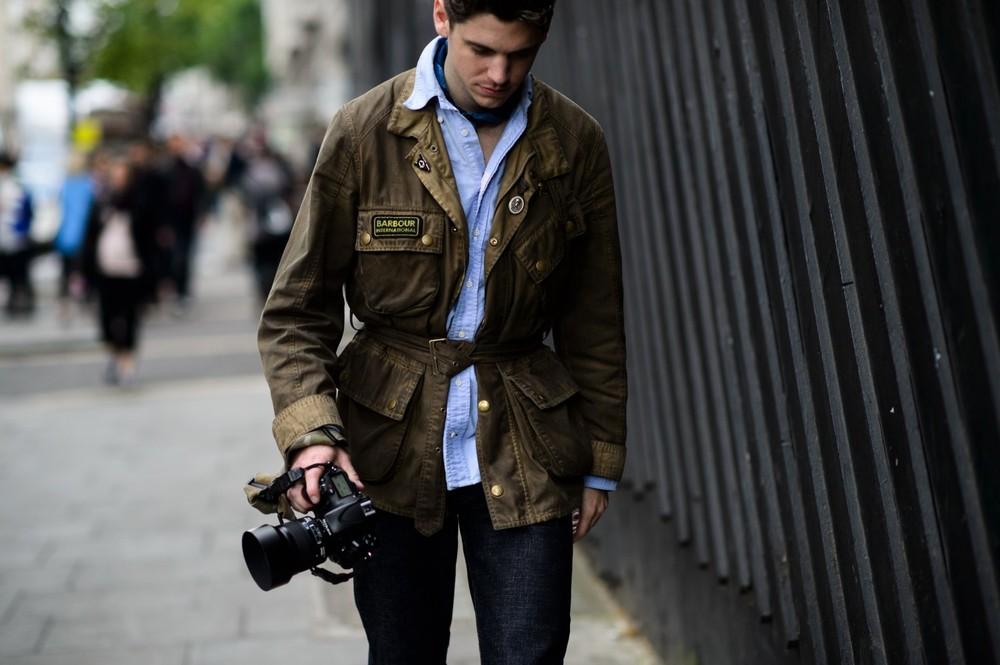 Robert Spangle fotografert med kameraet i hånden.