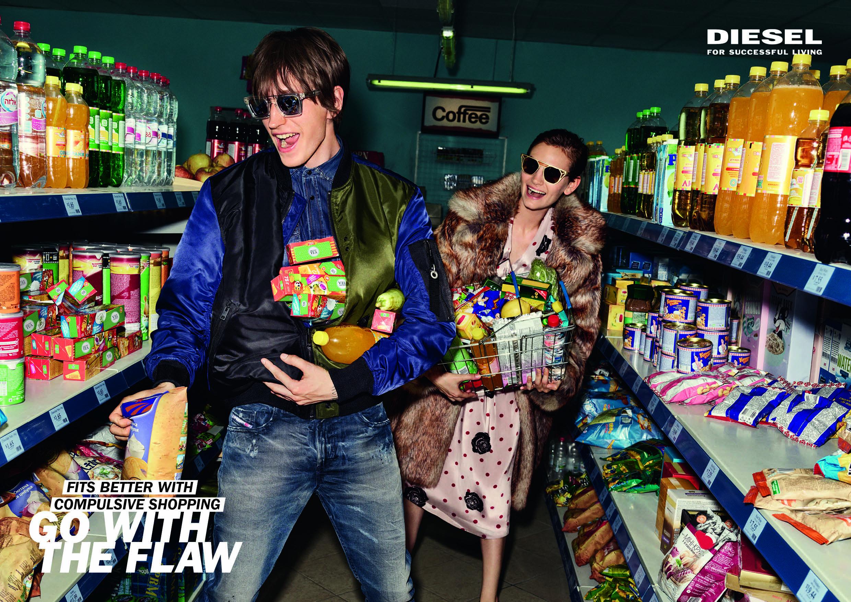 To mennesker i en matbutikk