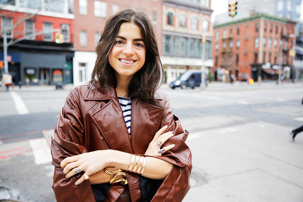 Leandra Medine i brun skinnjakke