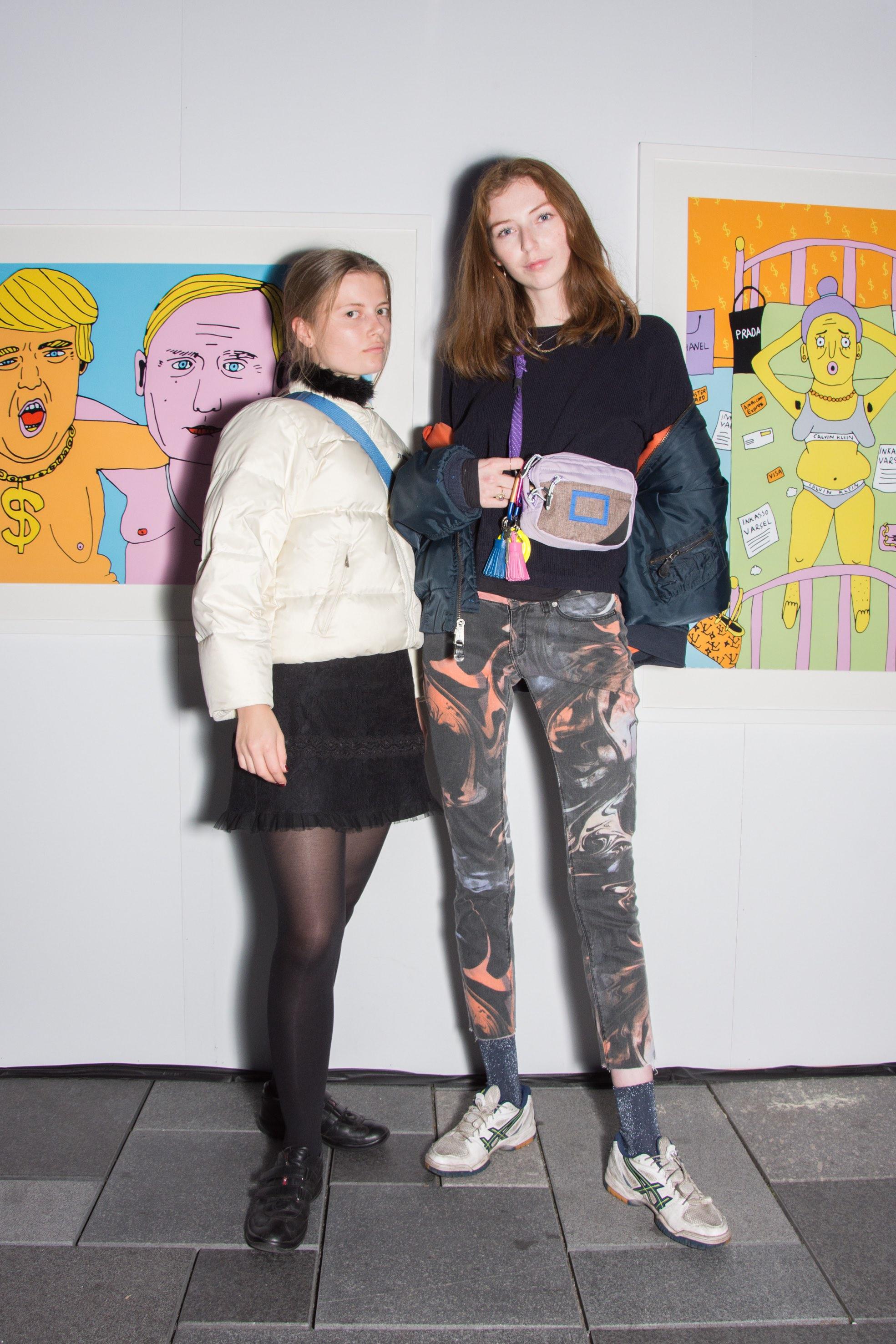 To jenter foran bilder av Anette Moi