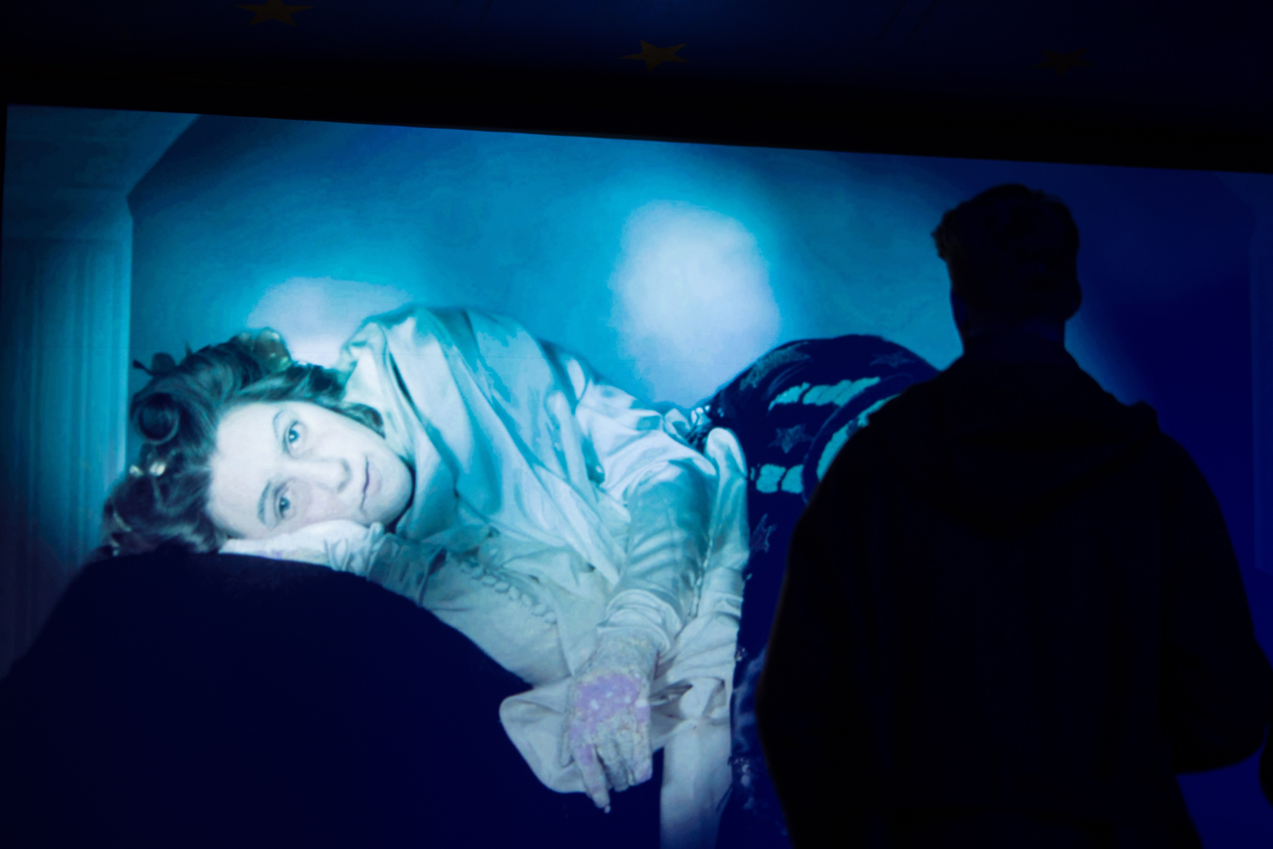 En av bildene fra utstillingen med mørke skygger foran