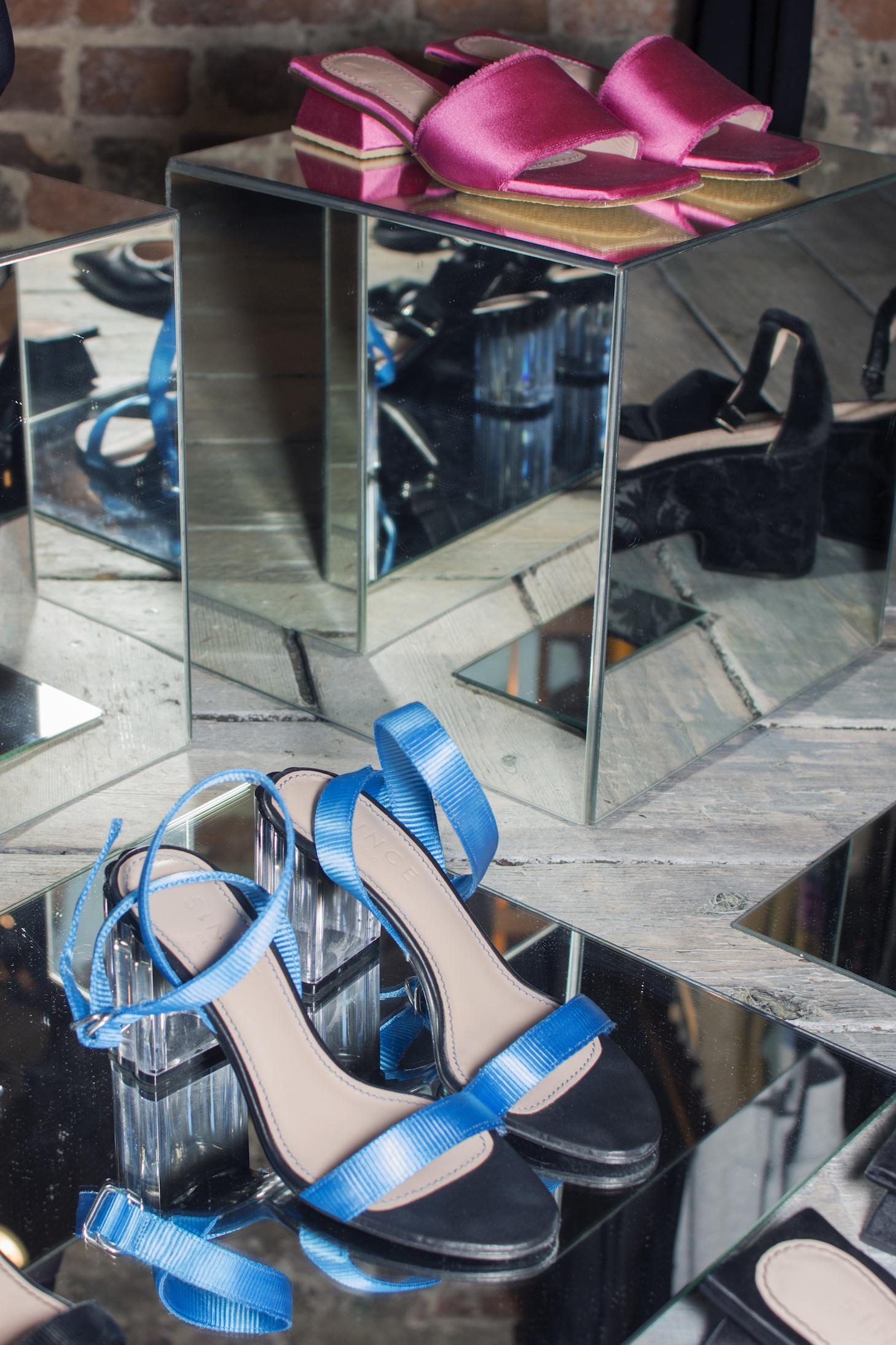 Blå høyhælte sko