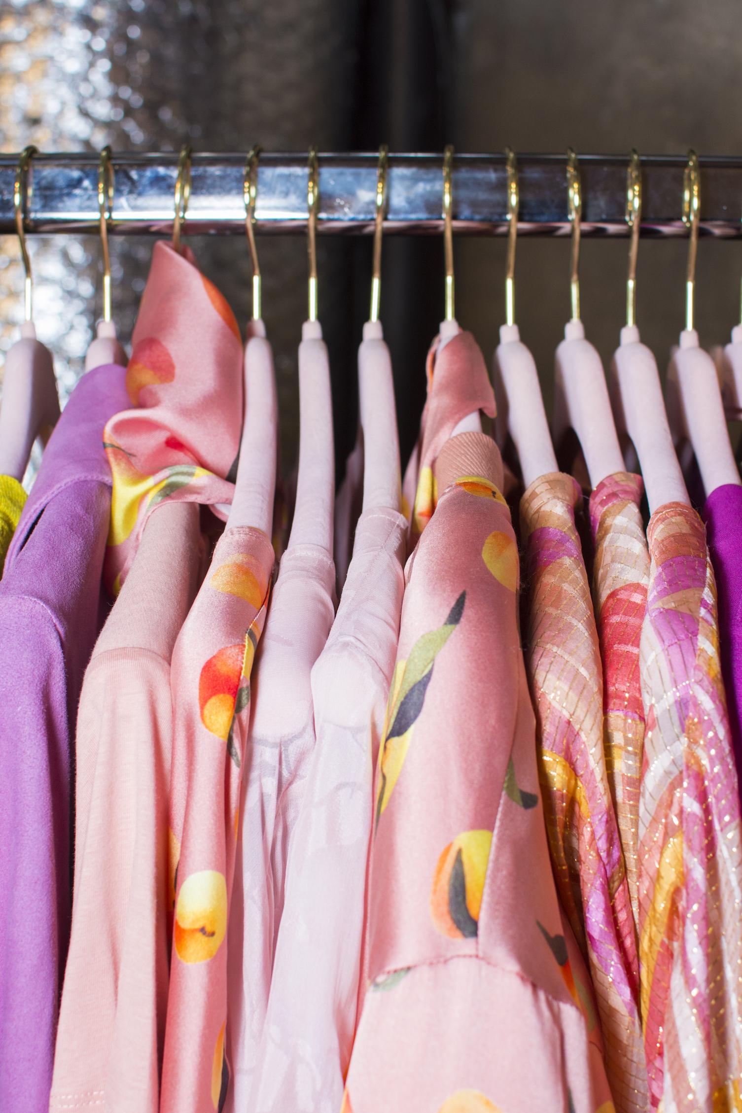 Rosa klær på rack