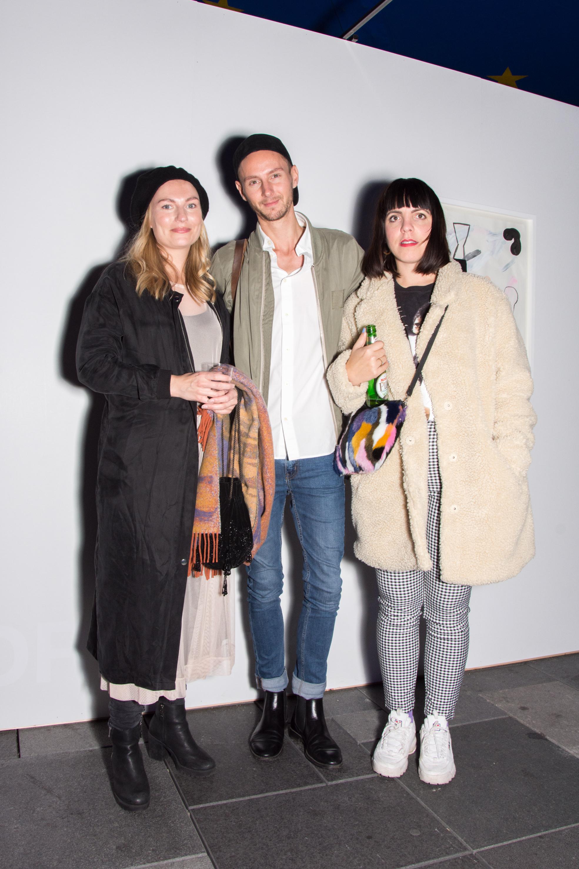 Tre personer på utstillingen