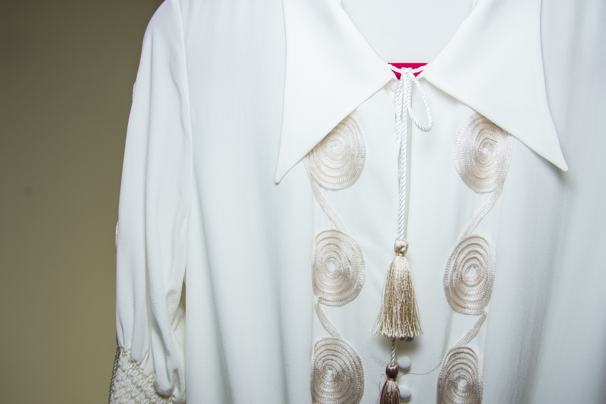 Detaljbilde kjole hvit