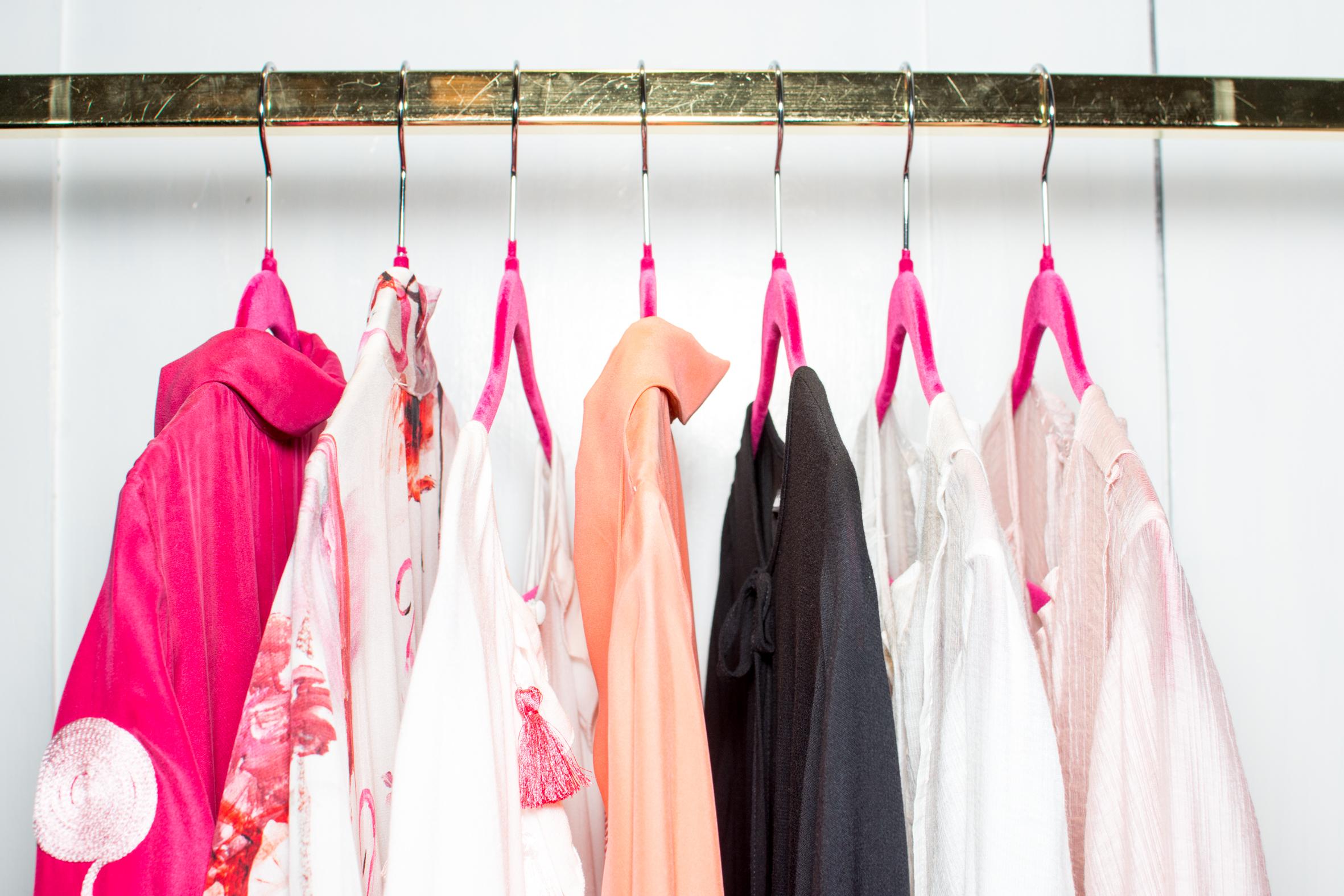 Kjoler i pastell på rack
