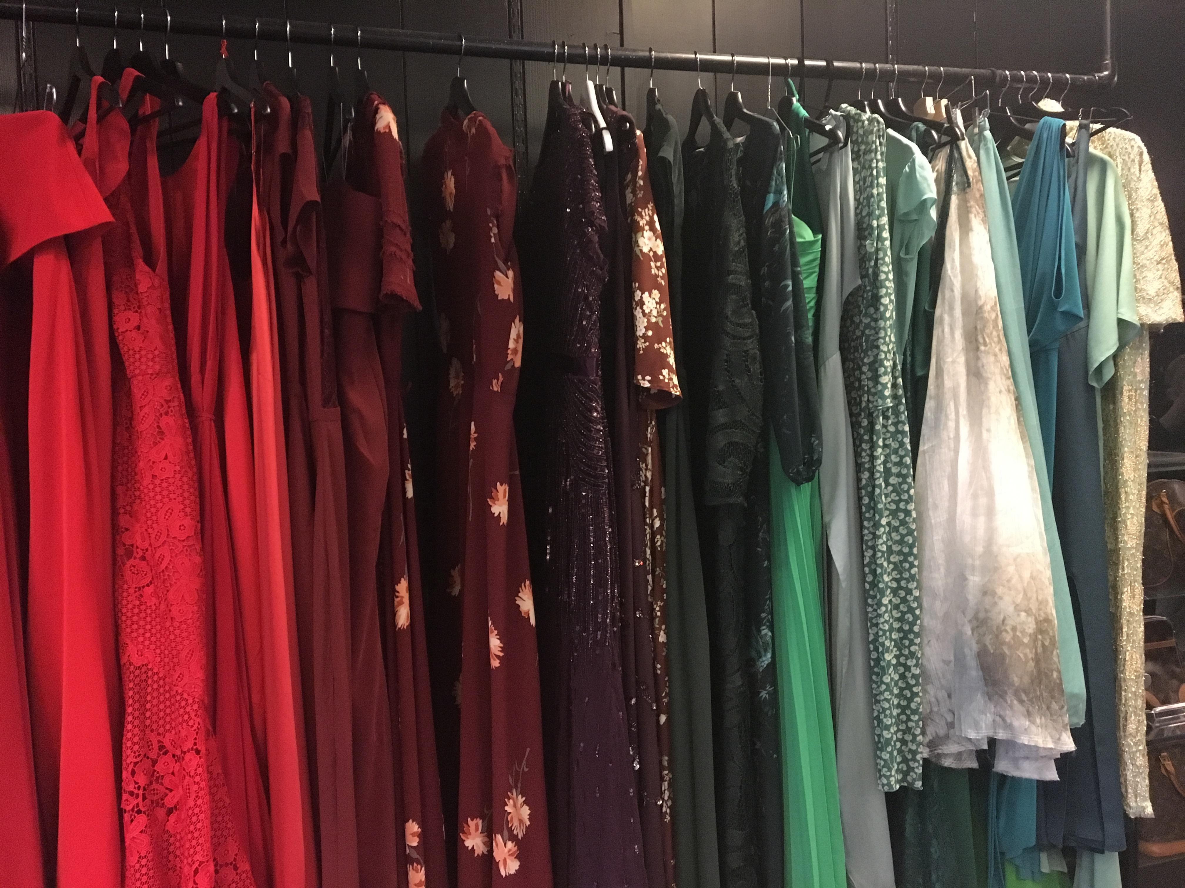 8a5b2563 Fjong har flere rom med vegger der kjolene henger som perler på en snor.