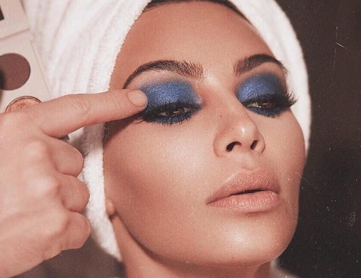 Kim Kardashian West med blå øyneskygge.