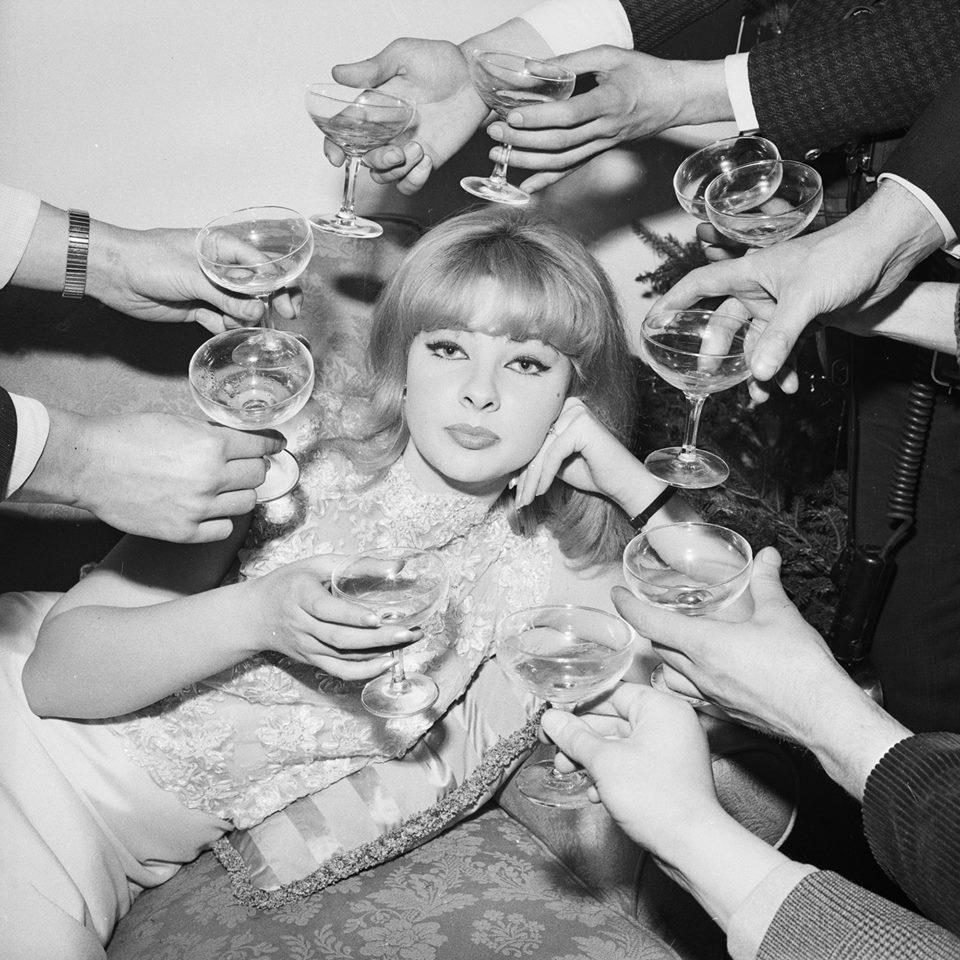 Bilde via Vogue. Svart hvitt champagne