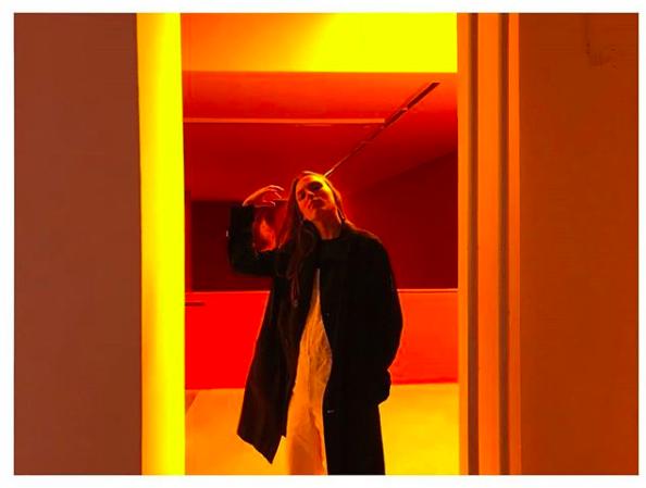 modell-polina-sova-berlin-tips-melk-og-honning-moderne-kunst