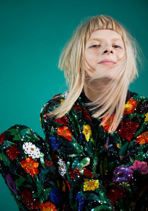 Aurora i klær fra Ashish. Foto: Luke Abby