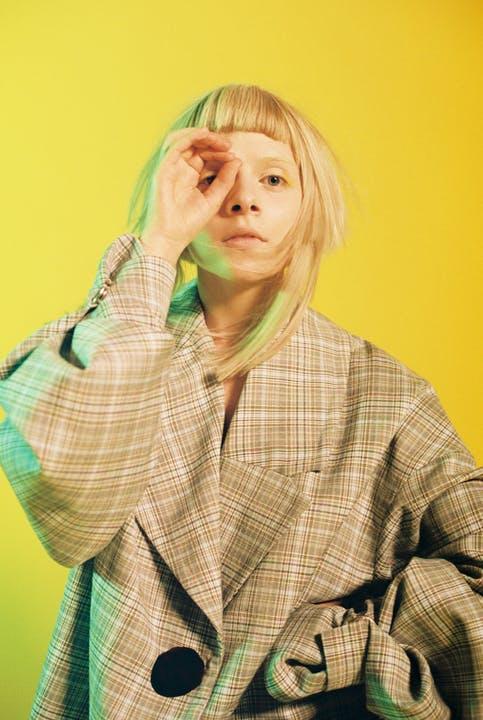 Aurora i jakke fra Moire. Foto: Luke Abby