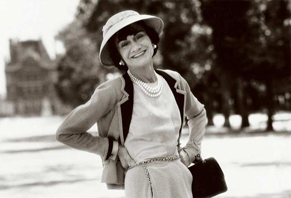 Coco Chanel med sin Chanel-veske