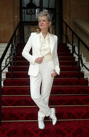 Dame Twiggy iført hvit dress fra Stella McCartney