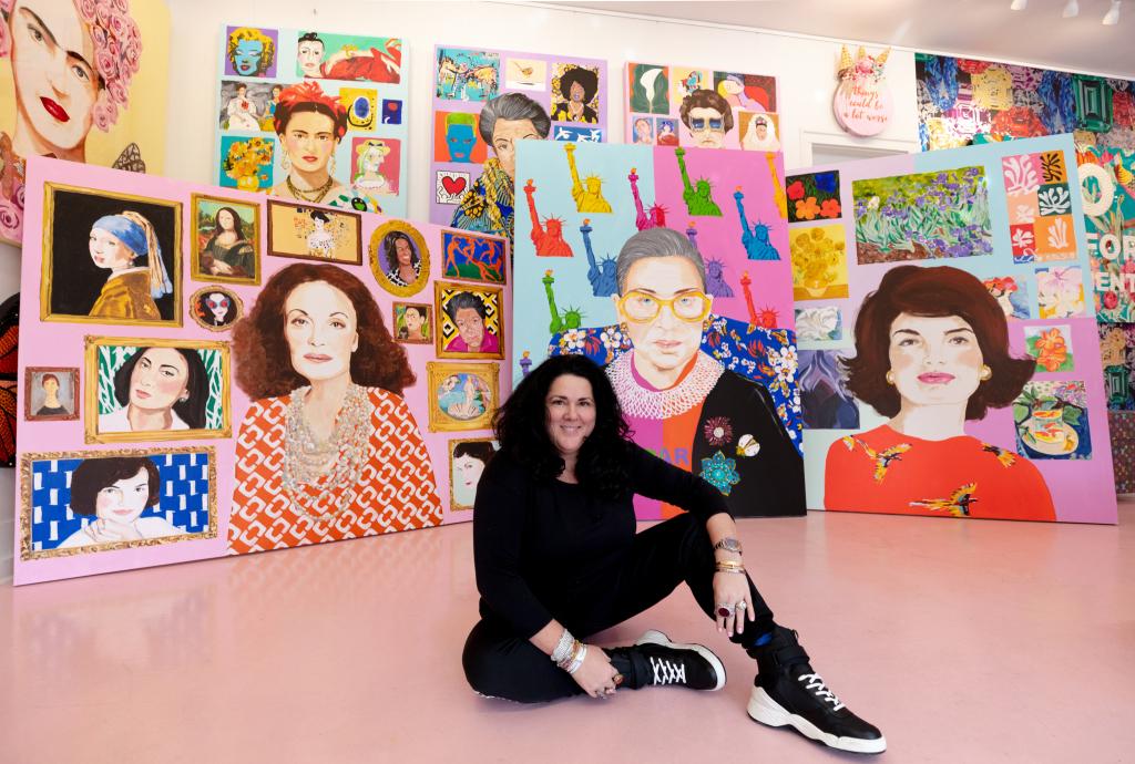 ashley longshore fremfor bildene av kvinner hun har malt i anledning kvinnedagen 8. mars 2019