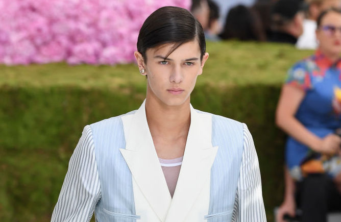 prins nikolai på catwalken for dior homme. foto getty images