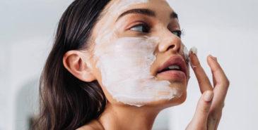 Kvinne som påfører ansiktsmaske