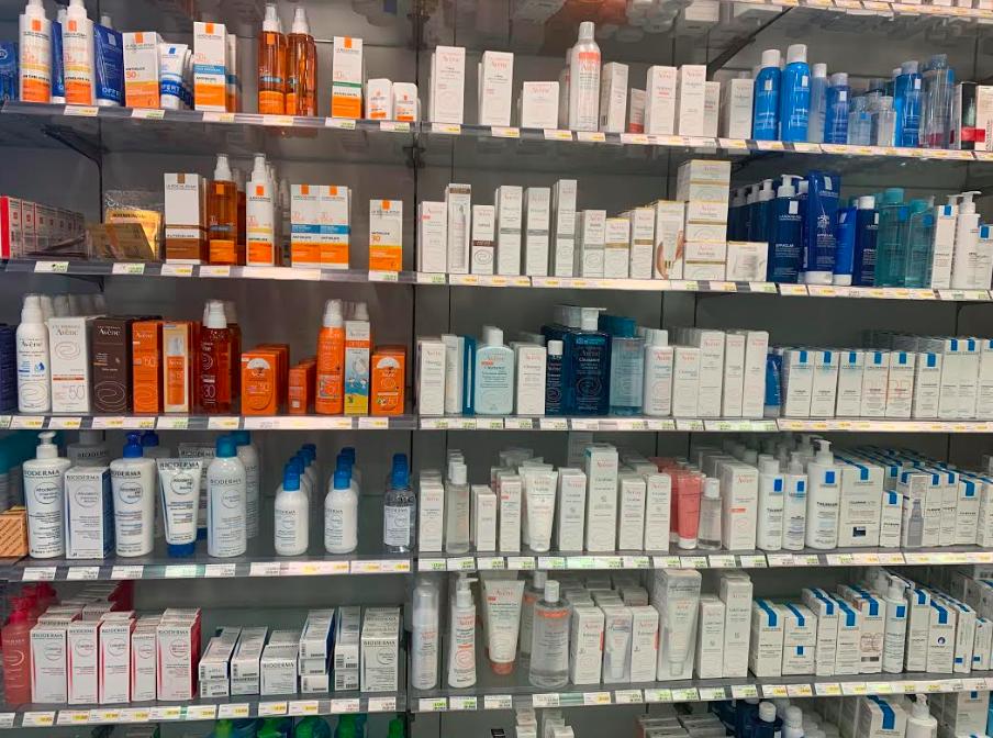 bilde fra en butikkhylle på et apotek i paris. foto: melk & honning