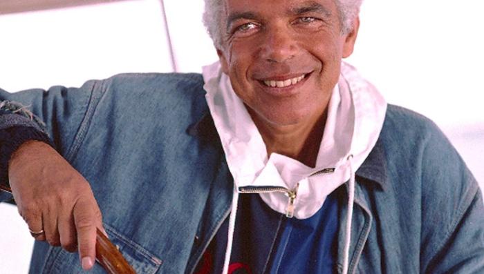 Bilde av den amerikanske designeren Ralph Lauren i olajakke og genser fra POLO
