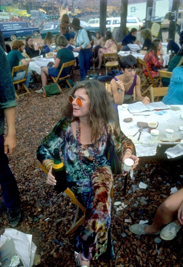 Janis Joplin med fargerike solbriller og tie-dye på Woodstock