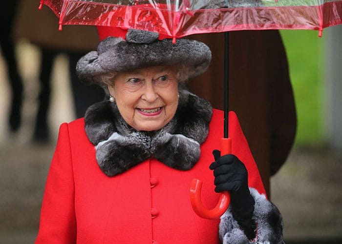 Dronning Elizabeth II dropper pels