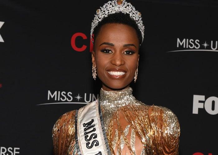 Vinneren av Miss Univers 2019 hylles for sine holdinger og skjønnhet. Foto: Paras Griffin / Stringer for Getty