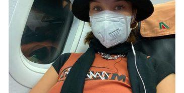 Bella Hadid med ansiktsmaske på vei til Paris