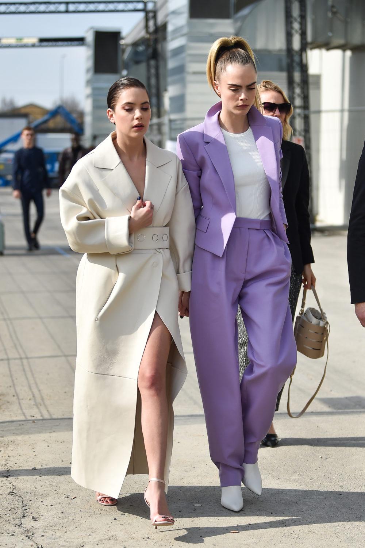 Cara Delevigne og Ashley Benson under Boss-visningen i Milano