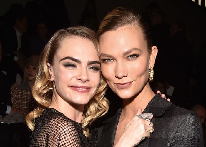 Cara Delevingne sammen med Karlie Kloss under Dior-visning