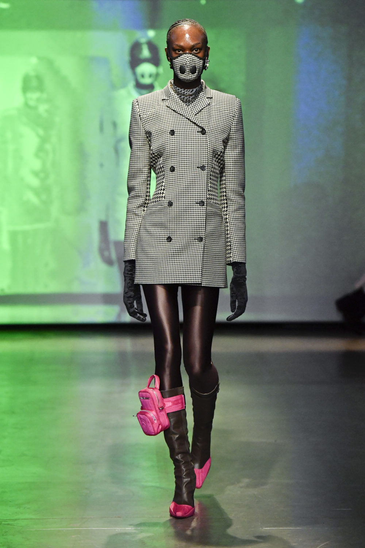 En modell på catwalken under Marine Serre-visningen i Paris