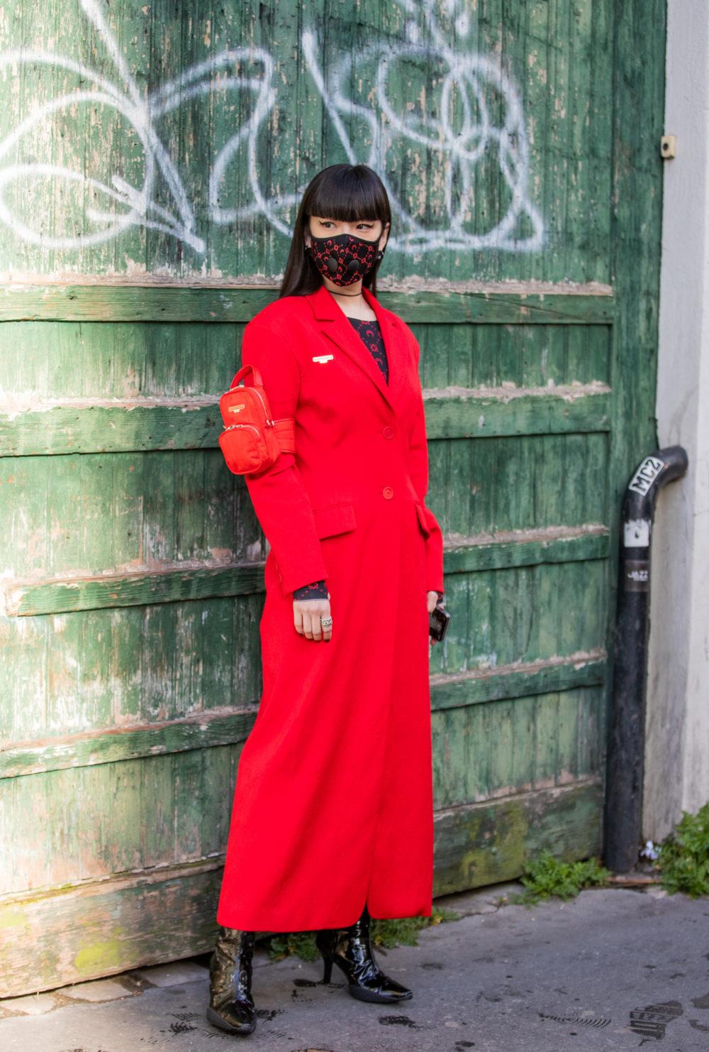 Den japanske modellen Kozue Akimoto med ansiktsmaske utenfor Marine Serre-visningen i Paris.