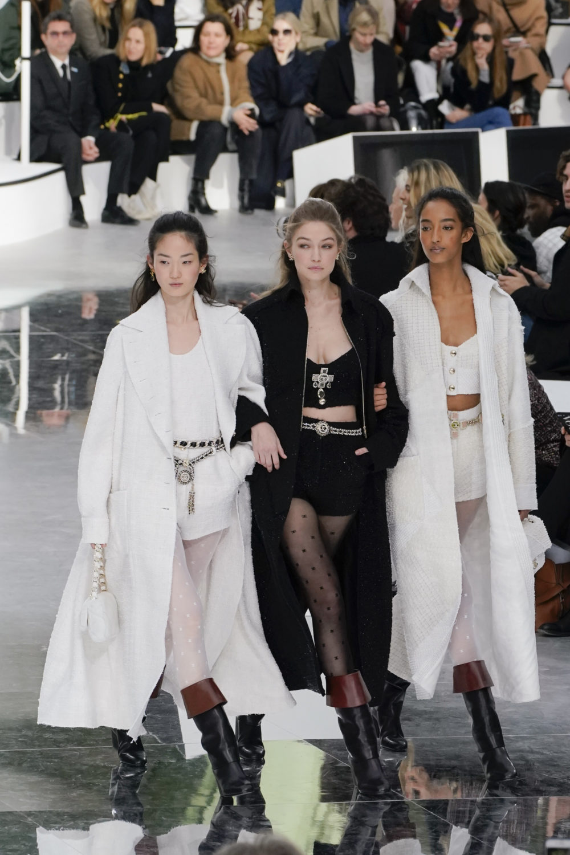 Modeller arm i arm hos Chanel