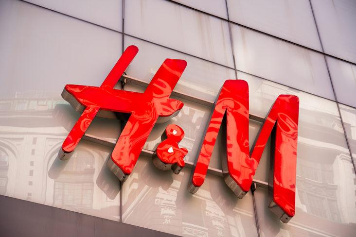 De ansatte går hardt ut mot H&M fordi de ikke setter opp pleksiglass i forbindelse med korona