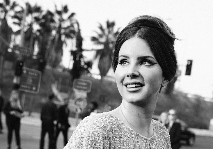 Lana Del Rey må beklage etter maskebruk