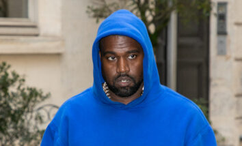 Kanye og Yeezy saksøker en tidligere intern - her Kanye i blå hoodie