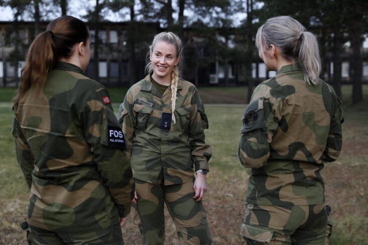 Det amerikanske militæret endrer regler når det gjelder sminke og smykker - hva med det norske forsvaret?